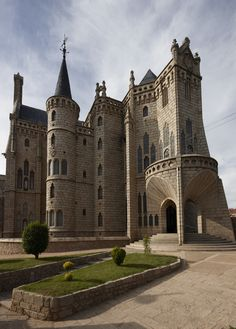 The Episcopal Palace in Astorga, Spain, was built between 1869 and 1913 by Catalan architect Antonio Gaudi. Designed in the Catalan Modernisme style, it is only one of three buildings outside Catalonia built by Gaudi. Beautiful Castles, Beautiful Buildings, Beautiful Places, Modern Buildings, Saint Marin, Photo Chateau, Antonio Gaudi, Castle Ruins, Medieval Castle