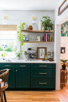 Choosing Green kitchen design ideas - Best of DIY Ideas Home Decor Kitchen, Diy Kitchen, Kitchen Interior, Home Kitchens, Kitchen Ideas, Kitchen Furniture, Green Kitchen Decor, Eclectic Kitchen, Awesome Kitchen