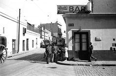 """Balcarce e Independencia en la década de 1930. A esta foto no le falta nada. El tranvía, el carro, los caminantes...la esquina del actual """"Viejo Almacén"""". Street View, 1930s, Street, Countries, Cities"""