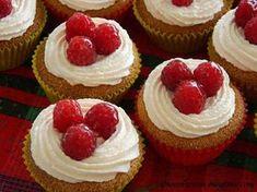 Jednoduché a pomerne aj rýchle piškótové košíčky (cupcakes) s čerstvými malinami ...