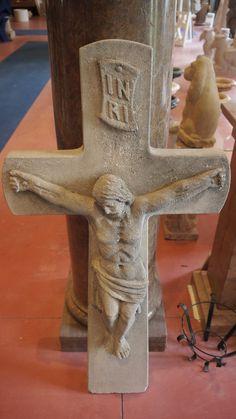 Scultura del Cristo in pietra - http://achillegrassi.dev.telemar.net/project/scultura-del-cristo-in-pietra-2/ - Splendido esempio di scultura,in Pietra bianca di Vicenza, raffigurante il Cristo in croce. Da notare la cura dei dettagli delle decorazioni realizzati dai nostri abili scalpellini.  Dimensioni:  55cm x 15cm x 115cm (H)