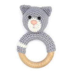 ✄ Materiaal: Je hebt het volgende nodig om de rammelaar kat te kunnen maken • Haaknaald 2,5 mm • Wolnaald • Garen geschikt voor haaknaald 2,5 mm in 3 kleuren • 2 veiligheidsogen 6 mm • 2 veiligheidsneusje 12 mm • Vulling • houten ring (diameter 7 cm) • rammelkraal ☆ Moeilijkheidsgraad: ★☆☆ (makkelijk) © Copyright: Rammelaars die je hebt gemaakt op basis van dit patroon mogen verkocht worden. Respecteer alstublieft mij als ontwerper en schrijven van dit patroon, en maak het patroon niet…