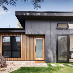 Is there any better modern combination than cladding and timber to soften the look? and blend these two… Exterior Wall Cladding, House Cladding, Exterior Siding, Exterior Remodel, Facade House, Black House Exterior, House Paint Exterior, Modern Exterior, Black Cladding