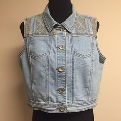 ❗️FINAL PRICE❗️Cute Denim Vest  Lightly worn, in very good condition  75% cotton 24% polyester 1% spandex  True to size Comes from smoke & pet free home  FAST shipper ⚡️same day or next day  NO Trading, NO Holds  Bundling Available Baccini Jackets & Coats Vests