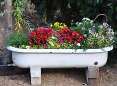10 Creative Ideas to Reuse & Recycle Bathtub (Pictures) Garden Bathtub, Old Bathtub, Bathtub Ideas, Ways To Recycle, Reuse Recycle, Recycling, Bathtub Pictures, Unclog Bathtub Drain, Home Design Images