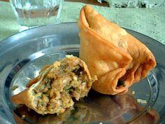 Andheri Mumbai -first taste of Indian food, samosa @ Shetty Corner Bhavans College Mumbai Snack Recipes, Dinner Recipes, Snacks, Mumbai Street Food, Indian Food Recipes, Ethnic Recipes, Desi Food, Time To Eat, Food Items