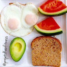 BOM DIAAAA!!!! Um domingo maravilhoso e cheio de saúde e muitoooo amor e vida saudável para todos nós sempre.. O bom café da manhã é sempre aquele que tem todos os grupos de alimentos na medida certa. Como frutas que contêm vitaminas boa carboidratos do pão integral e a proteína dos ovos sem contar o abacate excelente fonte de gordura do bem.. 2 pedaços pequenos de melancia1 fatia de pão integral ligth 2 ovos feito na frigideira antiaderente com óleo de côco 1/2 abacate avocado aquele…