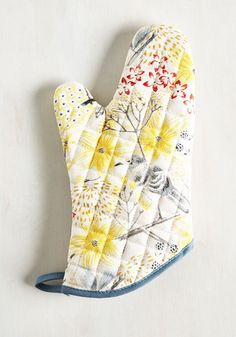 If exploring new tastes and writing original recipes is as joy-bringing as you make it seem, score yourself this cotton oven mitt to sweeten up the scene. In a watercolor-inspired design, yellow and red flowers and grey mockingbirds grace this beige accessory, only adding delight to your most desired hobby!