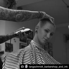 """46 Likes, 1 Comments - Barberias y Estilos (@barberiasdelmundo) on Instagram: """"@langschmidt_barbershop_and_ink @sueherz_langschmidt #barberia #barbeira #buzzcutgirl #buzzedgirls…"""""""