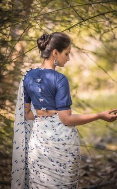 Evergreen cotton print pattern blouse never out of style! - Evergreen cotton print pattern blouse never out of style! Simple Blouse Designs, Stylish Blouse Design, Blouse Neck Designs, Blouse Styles, Cotton Saree Blouse Designs, Blouse Patterns, Skirt Patterns, Coat Patterns, Kurta Designs