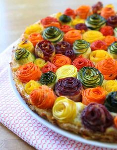 zucchini carrots roses tart recipe A stunning savory tart that will surprise your family: zucchini and carrots roses on a bed of ricotta, parmesan and mozzarella cheese.zucchini carrots roses tart recipe, this is too cute to leave off of the to do li Tart Recipes, Veggie Recipes, Vegetarian Recipes, Cooking Recipes, Healthy Recipes, Pastry Recipes, Dinner Recipes, Cooking Tips, Vegetarian Options