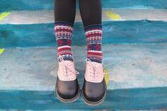 https://c1.staticflickr.com/1/654/21614206292_33ce9943d6_b.jpg  腳背上白色(或粉紅色)的皮覆蓋在黑色牛皮鞋面上,就像馬鞍蓋在馬背上一樣,這樣的鞋稱為馬鞍鞋(saddle shoes),是牛津鞋的一種。 這種雙色搭配為舊時代單一配色為主的...