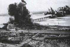 끊어지지 않은 한강 철교를 미 공군이 폭격하고 있다. (사진=미 국립항공우주박물관 제공)