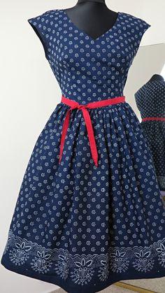 """šaty+modrotiskové,+řasená+sukně,+bordura+ušila+jsem+další+z+variant+modrotiskových+šatů+jsou+ušité+z+pravého+strážnického+modrotisku,+vzor+93+tento+vzor+jsem+zpracovala+nově,+nádherný+letní+motiv+květin+s+výstřihem+do+""""V""""+jsou+se+spadenými+rukávky,+sukně+je+vsazena+asi+2cm+pod+pasem,+velmi+vhodné+pro+všechny+velikosti,+velmi+lichotí+velikosti+42+a+více....sukně+je... African Wear Dresses, African Attire, Retro Outfits, Kids Outfits, Salwar Suits Party Wear, Shweshwe Dresses, Dress Hairstyles, Modest Fashion, Dirndl"""
