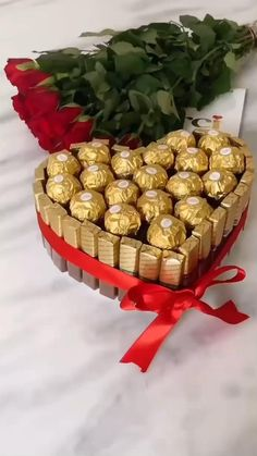 Chocolate Bouquet Diy, Chocolate Basket, Diy Gifts Videos, Diy Crafts For Gifts, Valentine Gift Baskets, Valentines Diy, Holiday Gift Baskets, Diy Bouquet, Candy Bouquet
