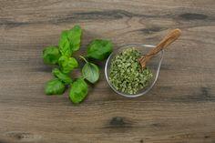 Frischer Basilikum macht das Salz zu etwas Besonderem. Schonend haben wir es handverarbeitet, um die natürlichen Bestandteile von dem Basilikum bestmöglich zu erhalten. Ethnic Recipes, Food, Basil, Salt, Fresh, Meal, Eten, Meals