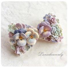 こちらもオーダーの作品。リボン型のブローチ兼ネックレス。 色合いがとても気に入っています♡ #レース編み #crochet