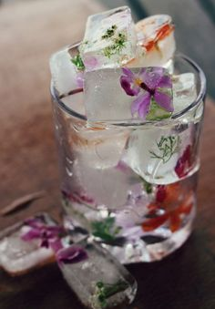 Floral ice cubes to chill wedding drinks http://thenaturalweddingcompany.co.uk/blog/