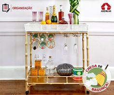 Confraternizações com mais conforto e economia é o que garantem os bares montados em casa. Para acomodar bebidas, copos e utensílios, vale apostar em móveis próprios, carrinhos de chá e bandejas.