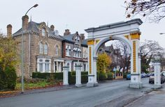 Pearson Avenue, Kingston upon Hull by Bernard Sharp, via Geograph Triumphal Arch