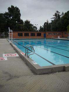 Los vestuarios de la piscina Los Parros separaba una tediosa tarde veraniega de una genuina y auténtica tarde de diversión.
