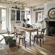 der französische landhausstil bestimmt diese rustikale küche, Esstisch ideennn