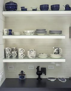 Rhapsody in Blue: A Finnish Stylist at Home in the Hamptons - Remodelista White Kitchen Backsplash, Kitchen Shelves, Kitchen Reno, Hamptons House, The Hamptons, Rhapsody In Blue, Room Of One's Own, Blue And White China, Beautiful Kitchens