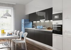 BLACK IS THE NEW BLACK. Kolor czarny wprowadza do wnętrz kontrasty i podkreśla wyrazisty charakter wnętrza. Jest ponadczasowy i bardzo modny, może stworzyć wrażenie luksusu i elegancji, zwłaszcza w połączeniu z dekoracjami i dodatkami w intensywnych kolorach