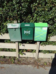 Redesignet postkasse på stativ