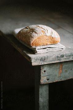 roldam:(via Zelfgebakken boerenbrood door Alberto Bogo - Stocksy United - Royalty-vrije Stock Foto's)