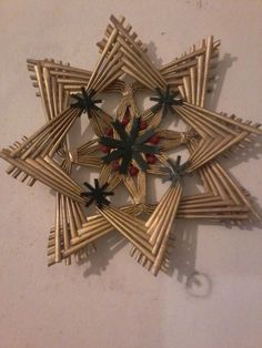 In our Recycling Projects Forum that you can do with all kinds of materials … Newspaper Basket, Newspaper Crafts, Paper Weaving, Weaving Art, Willow Weaving, Basket Weaving, Christmas Crafts, Christmas Decorations, Christmas Ornaments
