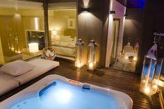 Spa Jacuzzi® encastré dans la terrasse privative en bois d'une suite de l'hôtel Alasia, à Chypre.