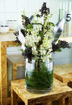 De witte Dendrobium contrasteert heel mooi met de zwarte bessen in dit boeket.