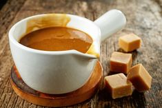 Make your own salted caramel sauce to use in a variety of recipes - Salted Caramel Hot Chocolate Slow Cooker Desserts, Slow Cooker Recipes, Crockpot Recipes, Caramel Mou, Salted Caramel Hot Chocolate, Caramel Apples, Fudge, Toffee Sauce, Easy Eat