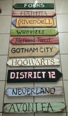 Hogwarts, Narnia, Rivendell, Neverland… Which one would yo… - Wooden diy Narnia, Hogwarts, Cafe Geek, Tiny Movie, Wood Crafts, Diy And Crafts, Deco Harry Potter, Directional Signs, Ideias Diy
