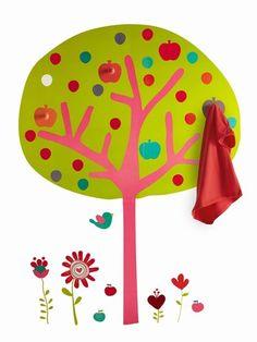pour une chambre d'enfant : Un sticker en forme d'arbre avec des patères imitation pomme. Haut. 140 cm. Prix : 29,96€ (Source : http://www.aufeminin.com/deco/album712768/chambre-d-enfant-90-idees-pour-les-faire-rever-0.html#p29) #decoration #kid #room