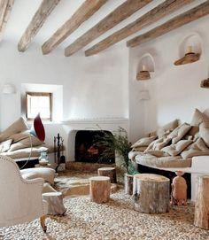 salon rustique avec plafond à solives apparentes et tables-troncs