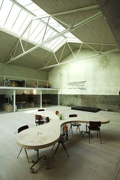 The soaring ceiling and mix of small, private spaces with an open-office feel make this creative office a great place to work from ch+qs arquitectos. Open Office, Cool Office Space, Office Workspace, Desk Space, Office Spaces, Office Hub, Warehouse Office, Garage Office, Basement Office
