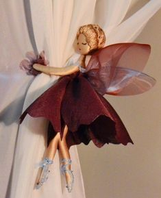curtain holder or door knob tassels Fairy Crafts, Doll Crafts, Diy And Crafts, Arts And Crafts, Curtain Holder, Diy Y Manualidades, Flower Fairies, Fairy Dolls, Dolls Dolls