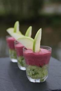 Crème de betterave sur tartare de concombre et pomme verte