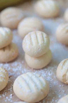 Melting Moments Cookies - the most crumbly, buttery, and delicious cookies ever. So elasy to make but yields the best melting moments cookies. Cookie Desserts, Sweet Desserts, Just Desserts, Cookie Recipes, Dessert Recipes, Baking Cookies, Easy Delicious Recipes, Delicious Desserts, Yummy Food