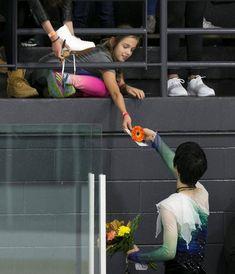 フィギュアスケート男子フリー 演技後、ファンに花を手渡す羽生結弦 =モントリオール(ロイター)
