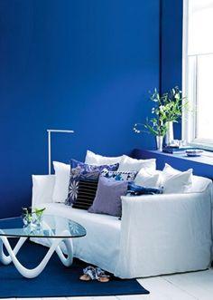 blue and white // Klæd sofaen på med puder i blåt