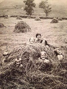 They do look like they're having loads of fun - A group of children in the middle of a haystack in a field in Pawling, New York, early century (From This Fabulous Century: scanned by weirdvintage) Antique Photos, Vintage Pictures, Vintage Photographs, Old Pictures, Old Photos, Willy Ronis, Photo Vintage, Vintage Farm, Kids Computer