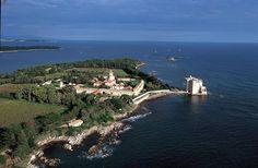 Ces îles, se situant dans la baie de Cannes, à moins de 20mn en bateau, vous transportent dans un lieu naturel préservé et calme. Sainte Marguerite, la plus grande, possède un parc arboré de 170 ha et quelques-unes des plus belles plages de la Côte d'Azur. L'île est également célèbre pour son Fort Vauban, qui fut une prison royale et hébergea, entre autres, l'homme au Masque de Fer. Saint Honorat est la propriété des moines et abrite un monastère datant de l'époque féodal.
