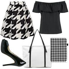 Outfit caratterizzato da gonna stampa pied de poule bianco e nero, maglia  nera con spalle fuori, open toe nere di Michael Kors, shopping bag bianca  con ...