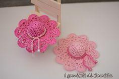 Con questi cappellini a uncinetto con archetti e ventagli è stato amore a prima vista. Volete realizzarli insieme con me? Spiegazioni e schema. Crochet Cap, Crochet Motif, Crochet Dolls, Crochet Flowers, Crochet Patterns, Crochet Keychain, Crochet Earrings, Barbie Clothes Patterns, Crochet Accessories