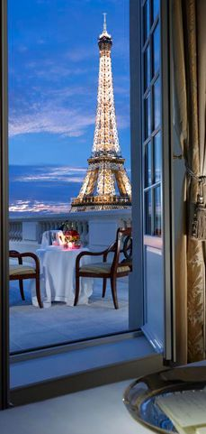 #Sanvalentine place to go | Glorious view of the Eiffel Tower from the Shangri-La Hotel in Paris • photo: Shangri-La