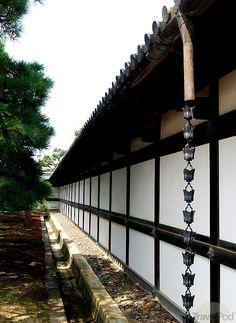 Kusari Doi - Japanese Rain Chain. Iirislahdessa ei taida sataa tarpeeksi usein että tästä olisi päivittäistä iloa... Tämän voisi kuitenkin yhdistää vesihanaan