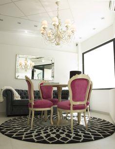 Nuestro rincón de decoración, sillas francesas restauradas y espejo veneciano. Nuestro toque especial en los proyectos, restaurar o transformar piezas antiguas http://www.alcoperconcept.com/muebles-que-dan-un-toque-especial/